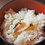 兼六園 三芳庵 - 白ごはんだと思ったら椎茸の炊き込みごはんだったよ。 見た目、ごはんが白いので味が薄そうだけど、 椎茸のお出汁がしっかりきいてて美味しいです。