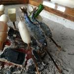 高森田楽村 - 2)ヤマメは、背中が焼けたらお腹側を焼く