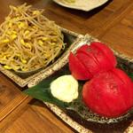 肉汁餃子製作所ダンダダン酒場 - 肉みそもやしと冷しトマト