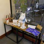 ロバーツコーヒー - お店入口にはコーヒーカップとあわせてムーミン人形が!