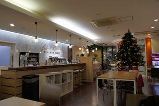 ロバーツコーヒー 福岡大名店 - 店内は広々としており、サードウェーブコーヒー店っぽいコーヒーを淹れる装備もしっかりと完備されています。