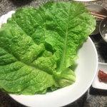焼肉 勘 - チシャ菜にカルビを巻いていただきました。
