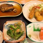旅館 かもめ荘 - 料理写真:到着した晩の夕食。