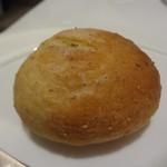 レストラン シャルム - 自家製 全粒粉 の パン