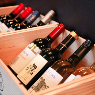 厳選したワインはボトル1980円♪ウィスキーやカクテルも豊富