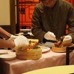 老香港酒家 - 店員さんが上海蟹を捌いてくれます