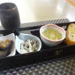 しゃんしゃん 龍 - 三種の小鉢とごぱん