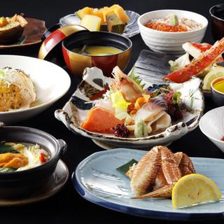 毎日料理長が厳選する新鮮な蟹、魚介類、野菜、肉の数々。