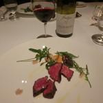 リストランテKubotsu - 黒毛和牛もも肉の炭火焼き、長崎離島3島の塩を添えて。ワインは、コート・ド・ブルイィ