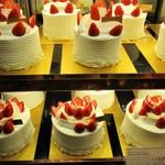 グラマシー ニューヨーク - お洒落で 美味しそうな イチゴ の ホールケーキ。