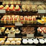 グラマシー ニューヨーク - 美味しそうな ショートケーキが 何種類も並んでいます。