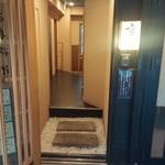 日本料理 空海 - お店は地下1階です。こちらから店内へ。