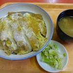 武井食堂 - カツ丼810円 御新香に味噌汁付き
