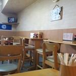 静岡屋食堂 - 全23席の店内、全面喫煙可