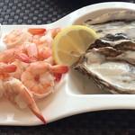 シュリンプ&オイスターハウス - 12/7ランチCコース 2,380円(税抜)です。 ・生牡蠣1ピース ・シュリンプカクテル(4個) こちらで2人分