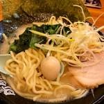 60026211 - うずらの卵、ネギ、チャーシュー、ほうれん草と四之宮商店の中太麺