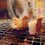 モッツバー 牛屋 井上 - 炭焼きで作るもう一つの調味料。七輪を使った炭火焼。高温で焼く事で余分な脂が炭に落ち、立ち込める煙にいぶされることで素材に香ばしさをプラスし、更なる深みを増します。