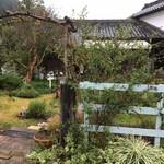 ティーグレース - 駐車場からお庭を見る