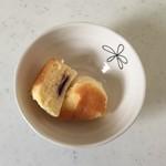 菓子司 新谷 - 中にはジャムが入っています。