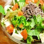 シルエット - ちりめん山椒とゴマ豆腐の京風サラダ