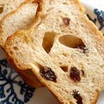 森ん子 - 料理写真:ぶどうパンをスライスしたもの。レーズンがたっぷり入っています。こちらのパンは生地が美味しいです。