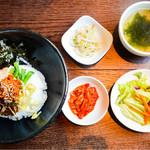 KollaBo - 石焼でない、ビビンバランチ、キムチ、サラダ、ナムル、スープもついてなんと500円