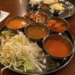 60054679 - 3種類のカレーとトマトスープとインドの焼きそばとサラダ