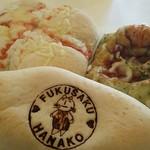 かふぇオハナ - 月曜日『かふぇ月曜日』テイクアウトしたパン左上から時計回りに税込価格で・・・明太チーズパン¥140、バジル&トマト¥160、はなこクリームパン¥160
