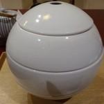 60060106 - ◆この器は「白玉」と言われたような。3段重ねで、それぞれお料理が入っています。                       こういう演出は女性好みですね。^^