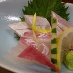 花万葉 - ◆お刺身は「鯛」と「カンパチ」・・鯛は甘みも感じ普通に美味しいですが、カンパチは少し硬いかしら。