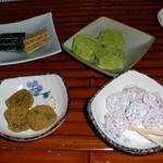 九份阿妹茶酒館 - お茶セット(300台湾ドル)のお菓子♪ 時計回りに、緑豆の落雁(しっとりほろほろ)、干し梅の砂糖漬け、アーモンドのお餅、芳ばしい胡麻菓子♪
