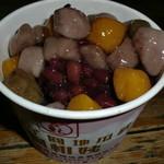 阿柑姨芋圓 - 芋圓とはタロイモの粉を練って団子にしたものです♪自然な甘さでもちもち。作り立てなのか微かに温かかったです。下にはざっくざくのカキ氷。 トッピングも1種類45台湾ドルで選べ、私は小豆を注文。