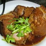 欣葉 - じっくりと柔らかくなるまで煮込まれた甘辛い豚バラ肉。八角とパクチーの香り♪