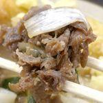 牧のうどん - 黒々と煮込まれた牛肉は旨味と甘味がたっぷりで味濃いめ!