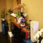 魚吟どい - ☆ミシュランのお祝いのお花がたくさんで華やかです(^◇^)☆