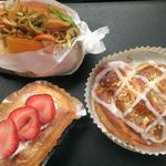 ぽれぽれベーカリー - 焼そばパン¥130  苺デニッシュ¥220  コーヒーロール¥170