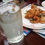 中華料理 祥宇 - カイピリーニャはなんだかわからない味、奥のエビの揚げ物はすごくおいしかった