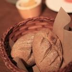 メゾン・ド・ハラ - キャラウェイのはいったパン。ドイツパンぽい食感。爽涼感がありお肉に逢います。