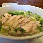 ワヒネ - ハーブと蒸し鶏のスープヌードル