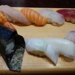 築地すし鮮 - ◆握り8巻(メニューでは7貫でしたが)と手巻き。シャリは小さくして頂いています。 「赤身」「鯛」「貝(何かは不明)」「エンガワ」「海老」「鮭」「カンパチ」もう一つは不明、