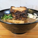 ボニート・ボニート - 正油あらびき煮豚めん、煮豚タワーがのる