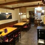 くぼ田 - 明るくて落ち着けるテーブル席でゆっくりと食事をお楽しみください。