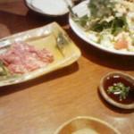居食亭 あじまる - 馬刺しバラ肉ポン酢  ほうれん草サラダ