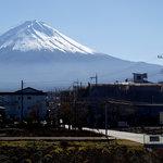 家庭料理 やまぼうし - 南側の窓より富士山を望む