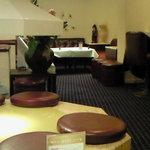 カフェ ラウンジ Theory - 店内のテーブル席の風景です