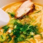 60106204 - 早速スープを頂いてみれば~うん!甘いw濃厚タイプの鶏ガラにデフォで胡椒振ってあり少しシャープ感あるもののデフォで甘味が前に出る!