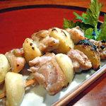 居酒屋まるまん - 鶏とにんにくの串焼。青森産のにんにくはホックホクで芋のような食感♪