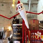 カフェ ミティーク - サンタに扮したジャック・スケリントンがお出迎え