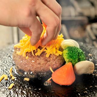 特注の「溶岩石」はお肉の旨みを逃がしません!