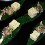 桃屋 船入店 - 最初の1品です。 【前菜】 炙り〆サバ、なめろう、海鮮出し巻です。 これは4人前です。